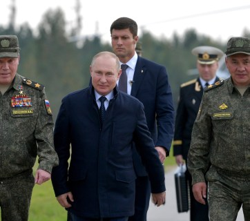 Putin, the Russian defence minister Sergey Shoygu (R) and chief of General Staff Valery Gerasimov at the Zapad 2021 military exercises. Belarus, 13 September, 2021. (Photo: kremlin.ru)