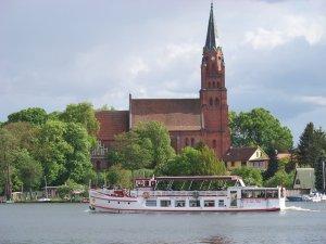 Kirche_Fluss_Mecklenburg