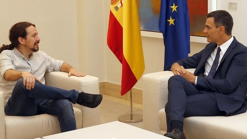 El presidente del Gobierno, Pedro Sanchez, y el secretario general de Podemos, Pablo Iglesias, durante el encuentro que han mantenido en La Moncloa