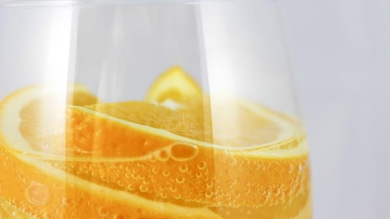 Beneficios agua con gas y limon