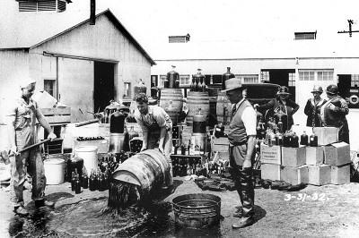 Diputados del Sheriff del Condado de Orange descargando alcohol ilegal, Santa Ana, 3-31-1932