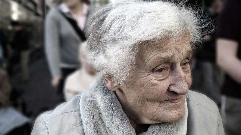 anciana sector sociosanitario cuidado de mayores