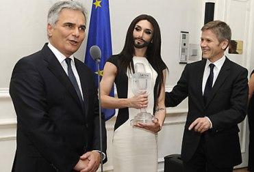 Cancelliere - capo del Governo -, Werner Faymann, Conchita Wurst e il ministro della Cultura e delle Arti Josef Ostermayer