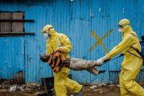 Trabajadores médicos llevan a un niño de 8 años sospechoso de estar infectado por el virus a un centro de tratamiento en Monrovia, capital de Liberia. (Fuente: Flikr)