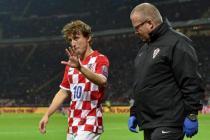 Luka Modric abandona el terreno de juego tras lesionarse