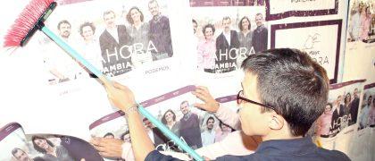 Íñigo Errejón pega un cartel electoral