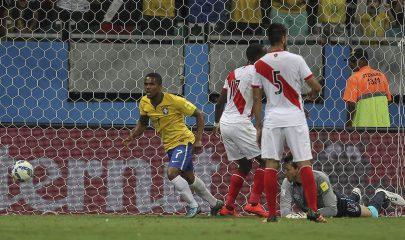 Douglas Costa Douglas Costa celebra el 1-0 de Brasil ante Perú, en partido disputado por las Eliminatorias sudamericanas en el Estadio de Fonte Nova en Salvador, Bahía (Brasil). EFE/ Antonio Lacerda.