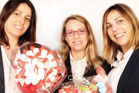 Ana Rubio, Marta Barajas y Ruth Rodríguez mostrando algunos de sus productos