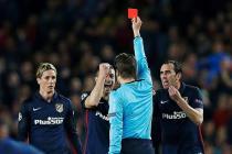 El árbitro alemán Felix Brych muestra tarjeta roja al delantero del Atlético de Madrid Fernando Torres (i), durante el partido de ida de cuartos de final de la Liga de Campeones que se disputa esta noche en el Camp Nou, en Barcelona. EFE/Alejandro García