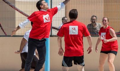 Pedro Sánchez jugando al baloncesto con simpatizantes en Palma de Mallorca
