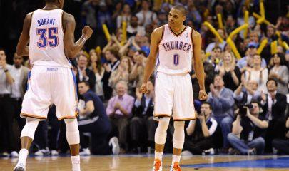 LWS30. OKLAHOMA CITY (OK, EEUU), 19/02/2012.- Russell Westbrook (d) de los Thunder de Oklahoma City reacciona con Kevin Durant (i) tras una anotación ante los Nuggets de Denver hoy, domingo 19 de febrero de 2012, durante el juego de la NBA en el Chesapeake Energy Arena de Oklahoma City (EEUU). EFE/LARRY W. SMITH/ PROHIBIDO SU USO POR CORBIS