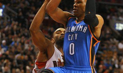 WTX12. TORONTO (CANADÁ), 06/01/2013. El jugador de los Raptors Alan Anderson (i), disputa el balón con Russell Westbrook de los Thunder hoy, domingo 6 de enero de 2013, durante el juego de la NBA en Toronto (Canadá). Los Thunder ganaron 104-092. EFE/ WARREN TODA