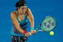 AUS029 MELBOURNE (AUSTRALIA) 20/01/2017.- La tenista letona Anastasija Sevastova devuelve la bola a la española Garbiñe Muguruza en su partido de tercera ronda del Abierto de Australia de tenis en Melbourne, hoy, 20 de enero de 2017. EFE/LYNN BO BO