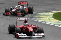 BRA37. SAO PAULO (BRASIL), 27/11/2011.- El piloto español Fernando Alonso, de la escudería Ferrari, es seguido por Lewis Hamilton, de McLaren, hoy, domingo 27 de noviembre de 2011, durante el Gran Premio de Brasil de la Formula Uno en el autódromo de Interlagos de Sao Paulo (Brasil). EFE/Marcelo Sayão