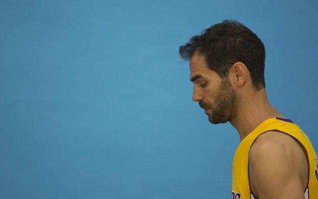 """EFE EUA CARIBE SHM37 LOS ANGELES (CA, EEUU), 26/9/2016.- José Manuel Calderón, base español de Los Angeles Lakers, se mostró hoy ilusionado con su fichaje por el equipo californiano y calificó esta nueva etapa como """"un reto importante"""" en su carrera. """"No creo que tenga que demostrar nada, sino adaptarme a un rol totalmente diferente para mí, pero vengo con ganas de ser uno más"""", dijo el director de juego extremeño en declaraciones a Efe, durante la jornada de atención a los medios locales previa al arranque de la pretemporada. """"Además, no voy a tener la necesidad de ser titular, lo cual tiene su cosa. Es una forma de ver los partidos diferentes"""", confesó el internacional español de 34 años. EFE/ARMANDO ARORIZO"""