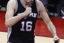 LWS118. Houston (United States), 05/05/2017.- San Antonio Spurs center Pau Gasol of Spain reacts after a basket against the Houston Rockets in the second half of game three of their NBA Western Conference Semi-Finals playoffs basketball game at the Toyota Center in Houston, Texas, USA, 05 May 2017. (España, Baloncesto, Estados Unidos) EFE/EPA/LARRY W. SMITH
