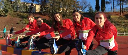 Atletas del AD Marathon posan con los nuevos dorsales de competición de La Liga Iberdrola de Atletismo /RFEA