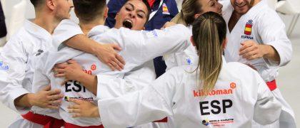 El equipo español masculino y femenino se abrazan tras clasificarse ambos en la modalidad de kata por equipos en el mundial de kárate, en Madrid.