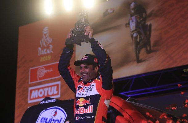 PR01. PISCO (PERÚ), 17/01/2019.- El catarí Nasser Al-Attiyah (Toyota) celebr luego de ganar el Dakar en coches, este jueves, en Pisco (Perú). Al-Attiyah se proclamó este jueves campeón del Dakar en coches por tercera vez en su carrera, por delante del español Joan 'Nani' Roma (Mini) y del francés Sébastien Loeb, segundo y tercero, respectivamente. EFE/Sebastián Castañeda