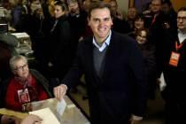 El presidente de Ciudadanos, Albert Rivera, votando este jueves. (EFE)