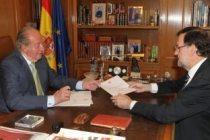 Don Juan Carlos entrega la carta de Abdicación al Presidente del Gobierno, Mariano Rajoy