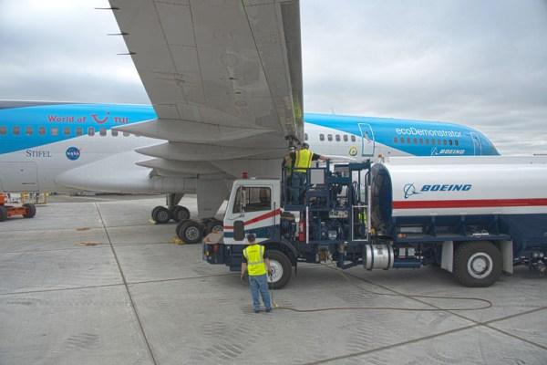 757 Eco Demonstrator Bio Fuel refueling (© Boeing)