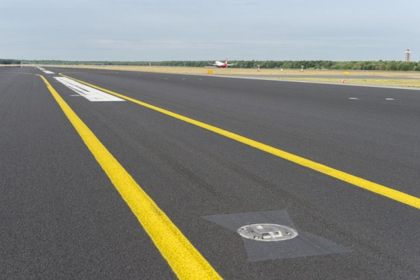Neuer Anti-Skid-Belag auf der südlichen Runway des Tegel Airports (© G.Wicker/FBB)