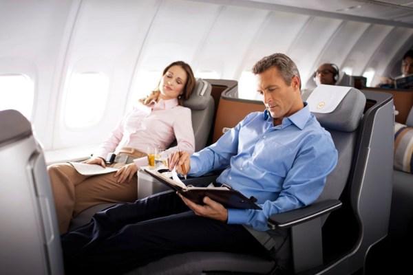 Lufthansa Business Class in der Boeing 747-8 (© Lufthansa)