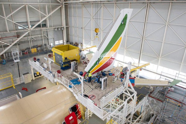 Montage des Seitenleitwerks am ersten Ethiopian A350 (© Airbus)