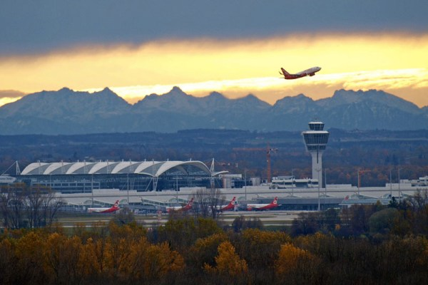 Flughafen München mit Alpenpanorama (W.Hennies/FMG)