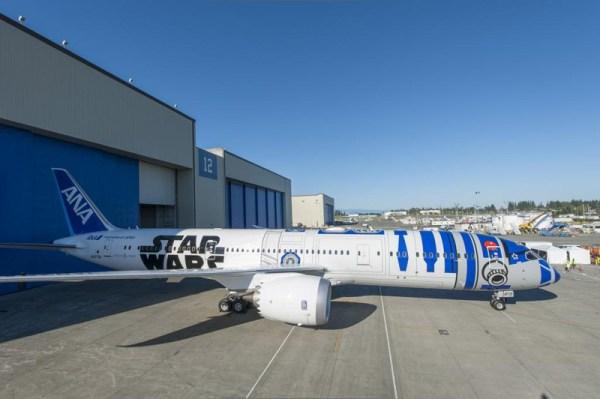 ANA Boeing 787 in R2-D2 Star Wars-Lackierung (© ANA)