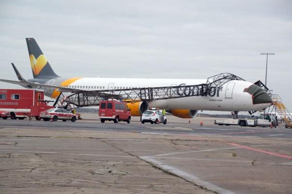 Unfall am Flughafen-Berlin-Schönefeld. Ein Lichtmast stürzte auf ein Condor-Flugzeug