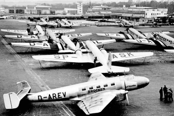 Geparkte Flugzeuge auf dem Flughafen Berlin-Tempelhof (um 1930). Vorn eine Junkers Ju 86 der Lufthansa (© LH)