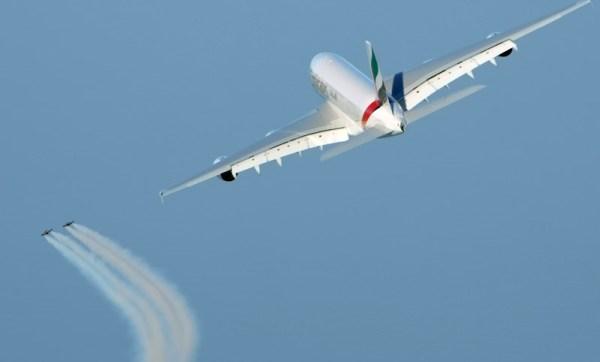 A380 der Emirates im Formationsflug mit den Wingmen (© Emirates)