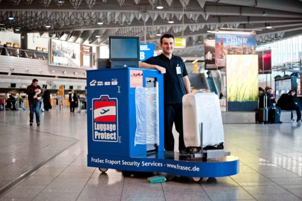 Geschütztes Gepäck dank mobiler Wrapping-Service Station (© Fraport)