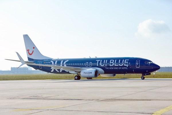 TUIfly Boeing 737-800 D-ATUD bewirbt die Hotelmarke TUI Blue (© TUI)