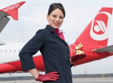 Stewardess mit Lindt-Goldhase (© Air Berlin)