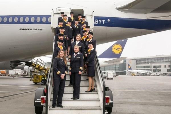 Frauencrew auf der Treppe (© Lufthansa)