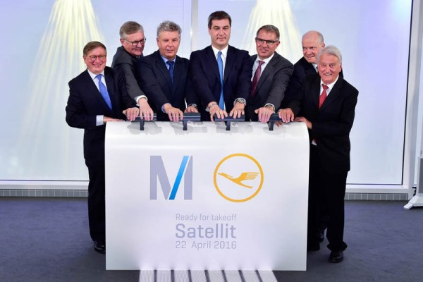 Symbolische Eröffnung des T2 Satelliten (© FMG)