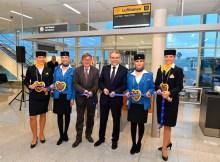 Flughafenchef Dr: Michael Kerkloh (l.) und der Lufthansa-Stationsleiter in München, Burkhard Feuge, machten beim traditionellen Ribbon-Cutting im neuen Satellitenterminal den Weg zum ersten Abflug frei (© A. Friedel/FMG)