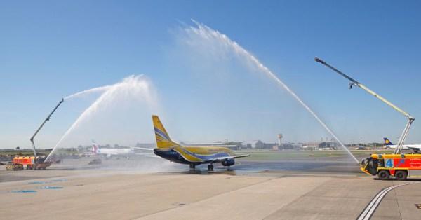 Begrüßung der ASL Airlines am Flughafen Hamburg durch die Feuerwehr (© HAM Airport)