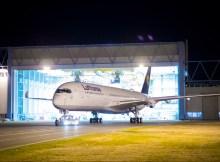 Der erste Lufthansa A350 verlässt den Paint Shop (© Airbus)