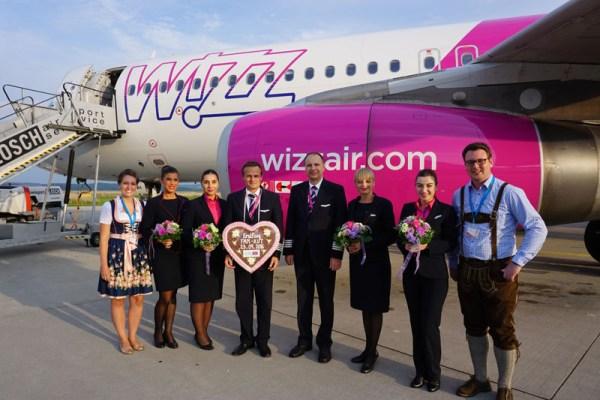 Östlicher gelangte noch kein Lebkuchenherz bei einem Erstflug ab Memmingen. Allgäu Airport Vertriebsleiter Marcel Schütz überreichte der Crew der neuen Verbindung von Memmingen nach Kutaisi ein süßes Präsent.