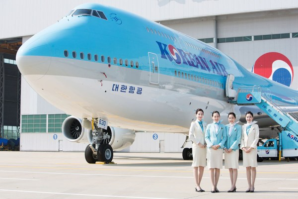 Cabin Crew vor Korean Air Boeing 747-8i (© Korean Air)