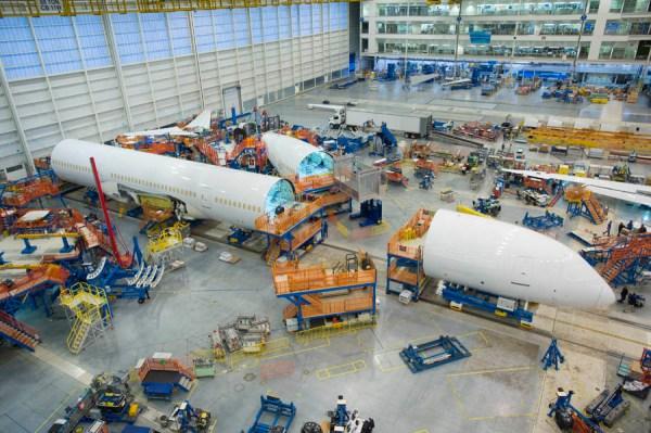 Die erste Boeing 787-10 erreicht die Endmontagelinie (© Boeing)