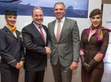 James Hogan (li) und Carsten Spohr (re) umringt von Stewardessen der Lufthansa und Etihad