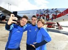 HSV-Spieler vor dem neuen Jet (© Emirates)