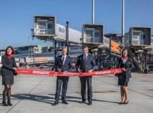 Michael Eggenschwiler (r.), Vorsitzender der Geschäftsführung am Hamburg Airport, und Volker Greiner (l.), Emirates Vice President North and Central Europe, eröffnen offiziell die A380-Position am Flughafen Hamburg