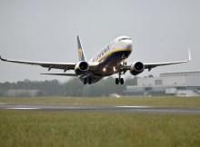 Start einer Boeing 737-800 der Ryanair am Flughafen Weeze (Foto: M. van Offern)