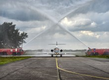 """Der neue Jet der Exxaero am Airport Weeze wurde zur Begrüßung mit einer Wasserfontäne """"getauft"""" (Foto: Flughafen/Markus van Offern)"""